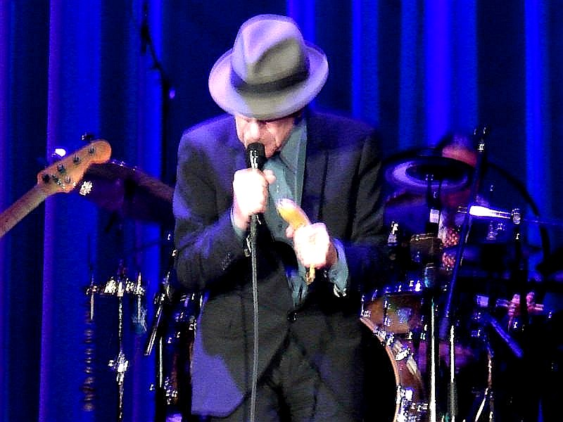 LeonardCohen met banaan (Medium).jpg