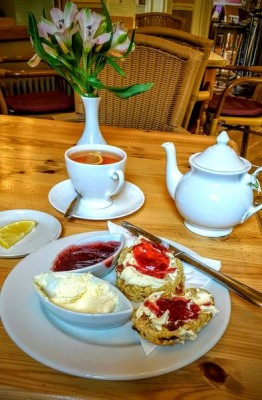 and finally back in buxton for a nice pot of well derserved earl grey tea and a scone with clotted crem and jam